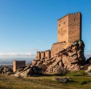 Замок Сафра XIII века, расположенный в испанской провинции Гвадалахара