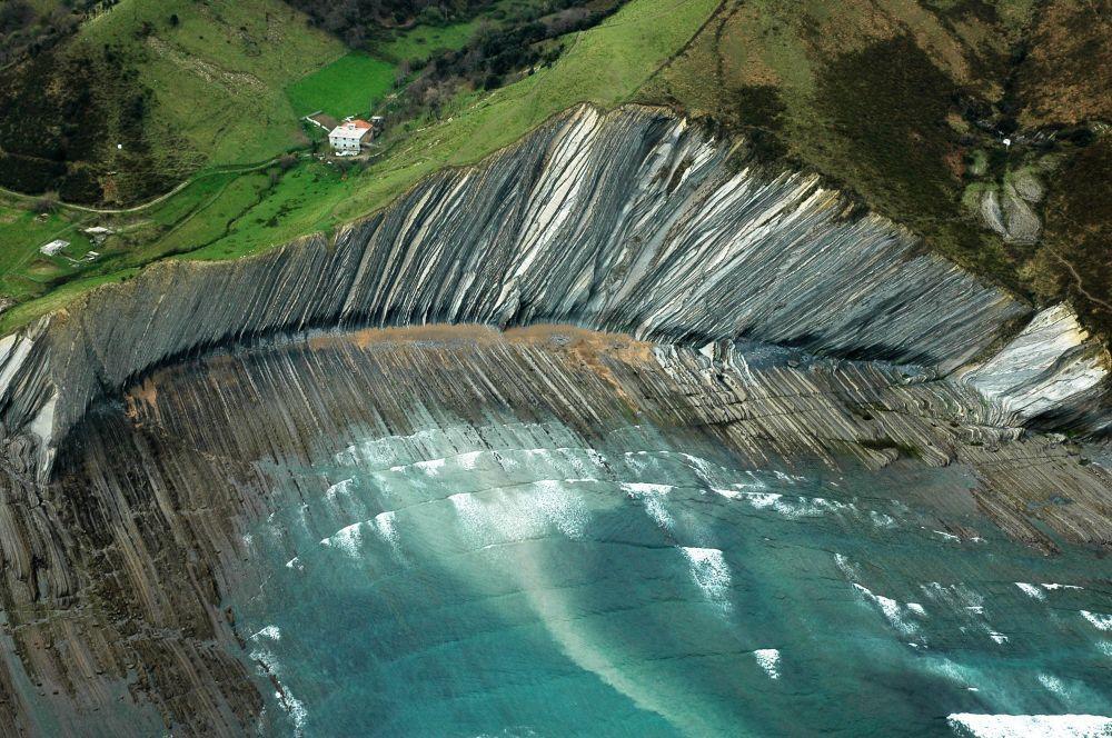 Пляж, где снимали Драконий Камень в седьмом сезоне, находится в испанском городке Сумая — это в Стране Басков, в провинции Гипускоа