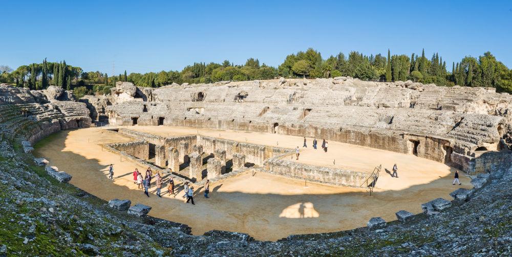 Руины римского амфитеатра Италики в Севилье
