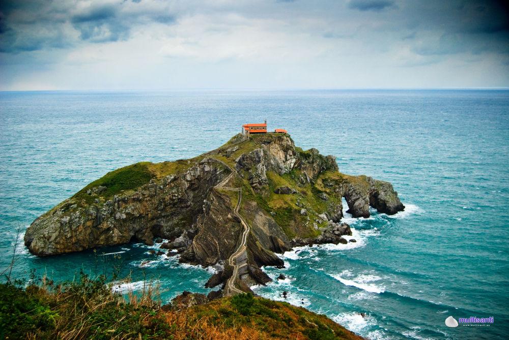 Остров Гастелугаче с часовней посреди океана