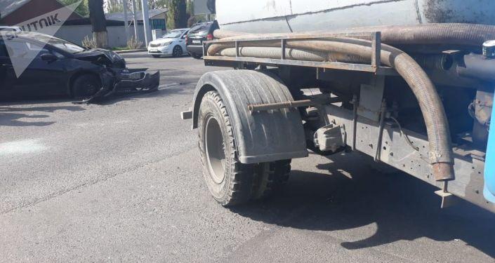 Водовоз стал причиной аварии на пересечении проспекта Суюнбая и улицы Баянаульской