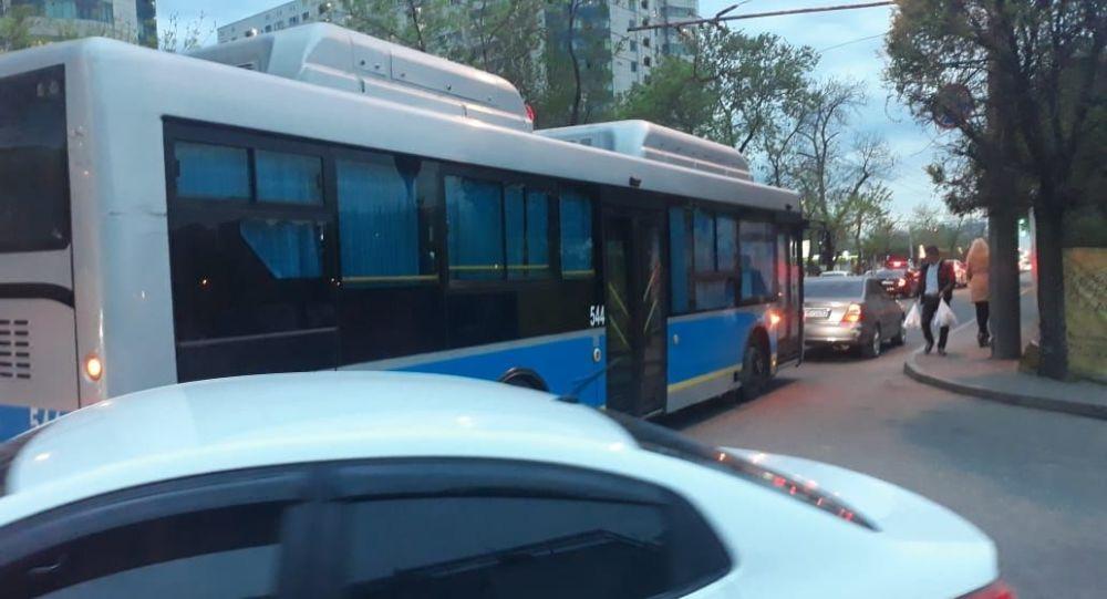 Ребенок на самокате спровоцировал аварию на улице Абая