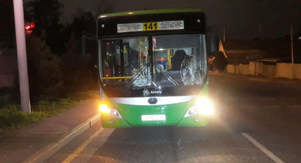 Автобус насмерть сбил мужчину и женщину