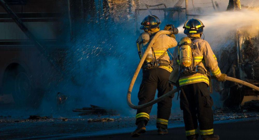 Тушение горящего автобуса, иллюстративное фото