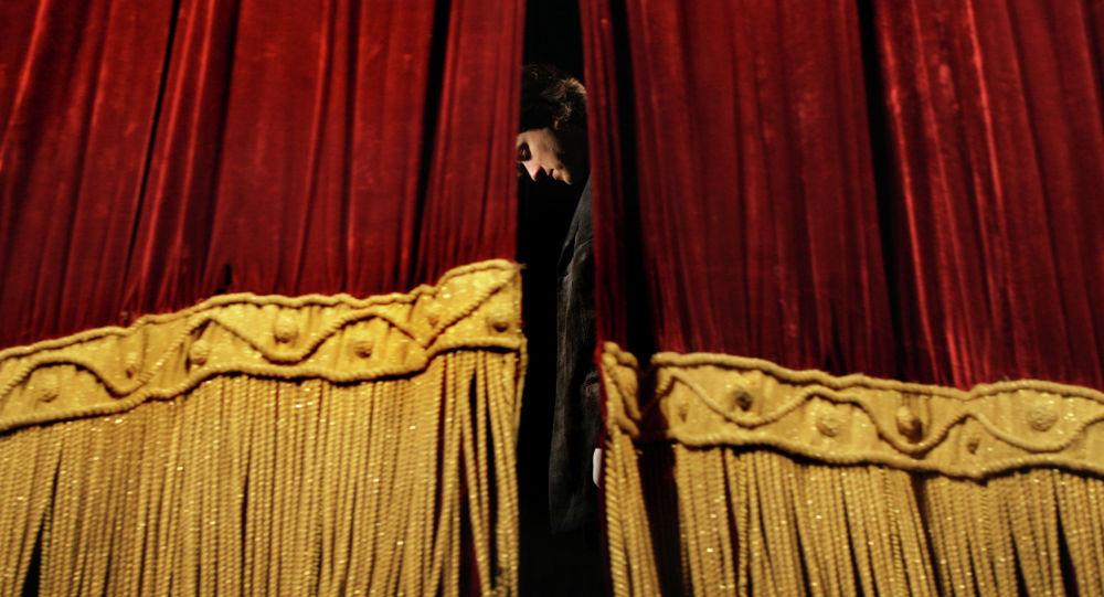 Театральная сцена, занавес, иллюстративное фото