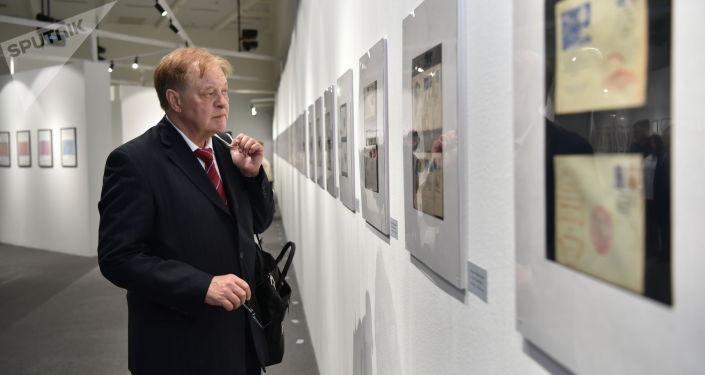 Посетители выставки редких марок из коллекции шахматиста Анатолия Карпова