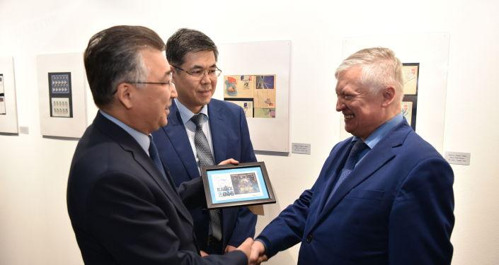Анатолию Карпову подарили марки Казпочты с космонавтами, выпущенные к KADEX-2018