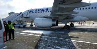 Шасси самолета Эйр Астана провалилось в асфальт