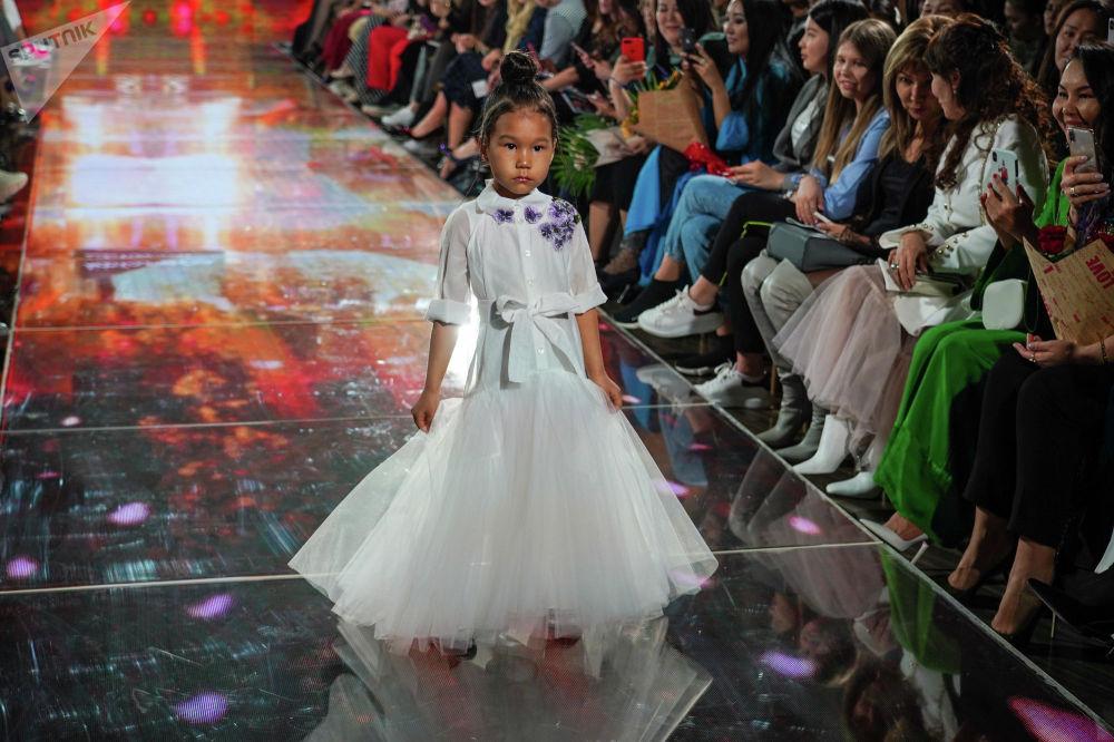 На подиум вышла совсем юная модель - Диана - дочь Динары Сатжан