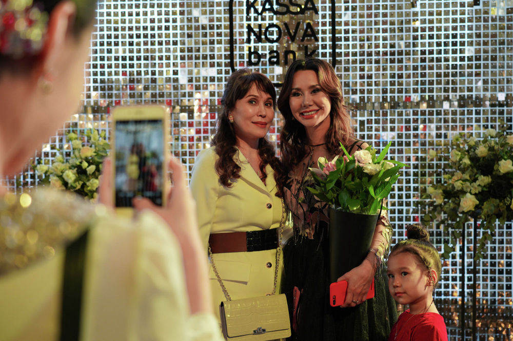 Перед началом показа организатор Kazakhstan Fashion Week Динара Сатжан встречает гостей