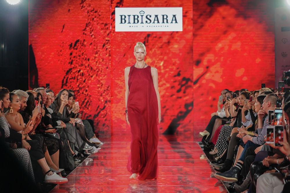 Казахстанско-американская топ-модель Алена Субботина, работающая на ведущих мировых показах, прошлась по подиуму босиком в наряде от отечественного бренда Bibisara