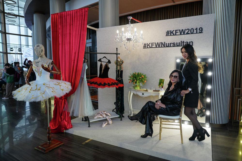 Гости Kazakhstan Fashion Week фотографируются на память около необычного стенда, который стилизован под гримерку балерин