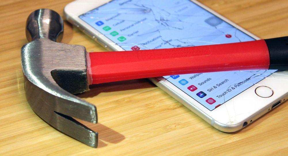 Молоток и мобильный телефон, иллюстративное фото