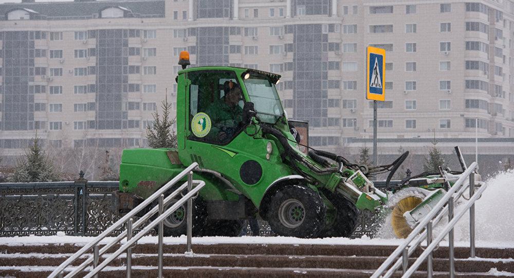 Астанада қар жинап жүрген техника
