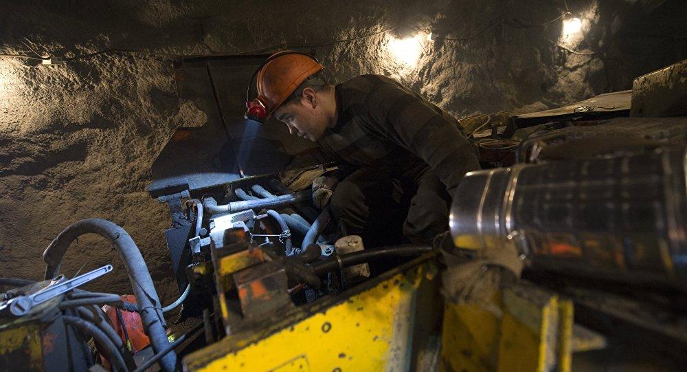 Архивное фото рабочего на подземном ремонтном участке на шахте золотоносного рудника