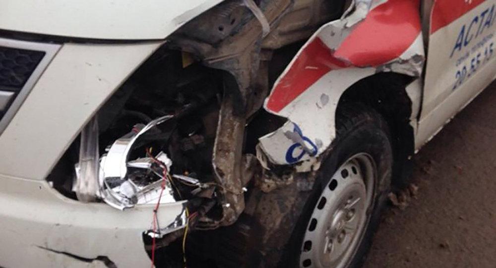 Архивное фото поврежденной машины корой помощи
