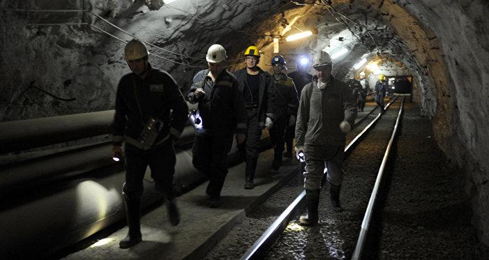 Архивное фото шахтеров в руднике