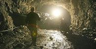 Архивное фото шахтера на руднике