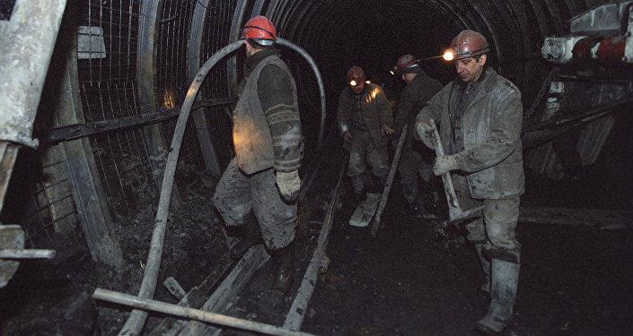 Шахтадағы шахтерлердің архивтегі фотосы