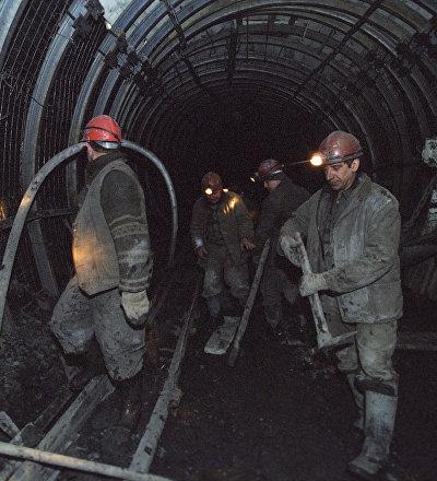 Архивное фото шахтеров в шахте