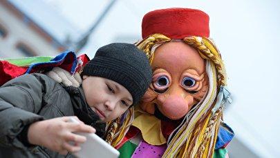 Архивное фото ребенка, фотографирующегося с ростовой куклой