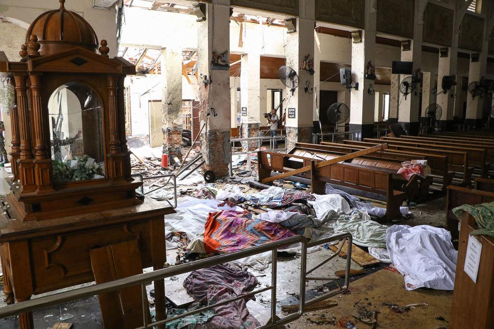 Прикрытые тела жертв взрыва в церкви Святого Антония в Коломбо (21 апреля 2019). Шри-Ланка