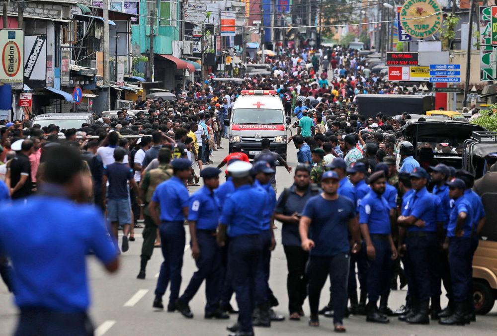 Сотрудники полиции Коломбо освобождают дорогу для кареты скорой помощи, на которой перевозят раненых от взрывов в (21 апреля 2019). Шри-Ланка