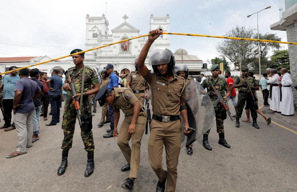 Военные Шри-Ланки стоят перед церковью Святого Антония после взрыва (21 апреля 2019). Коломбо