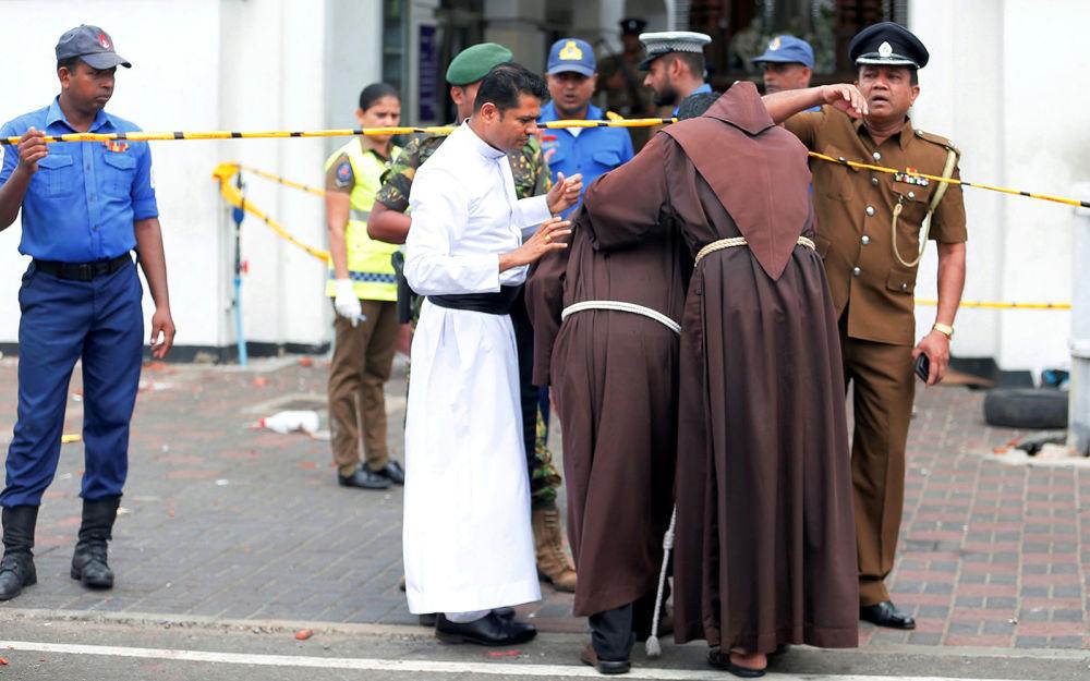 Священники входят в святилище Святого Антония, Церковь Коччикаде в Коломбо после взрыва (21 апреля 2019). Шри-Ланка