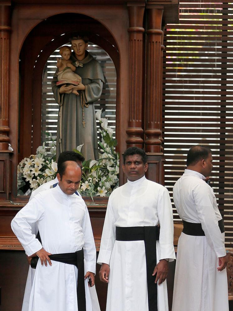 Священнослужители внутри церкви Святого Антония в Коломбо после взрыва (21 апреля 2019). Шри-Ланка