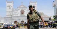 Солдат армии Шри-Ланки охраняет область вокруг святыни Святого Антония после взрыва в Коломбо (21 апреля 2019). Шри-Ланка