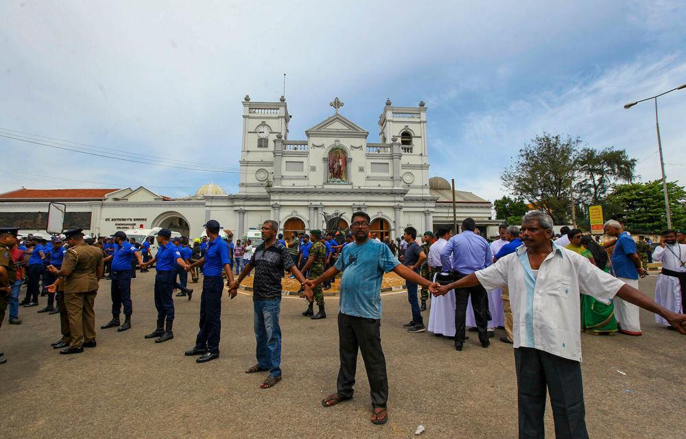 Солдаты армии Шри-Ланки охраняют область вокруг святыни Святого Антония после взрыва в Коломбо (21 апреля 2019). Шри-Ланка