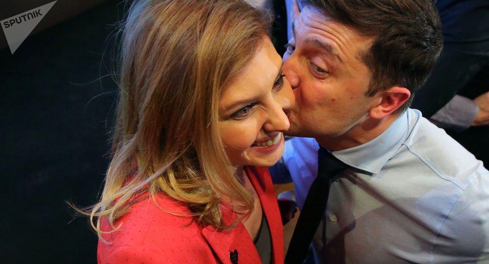 Кандидат в президенты Украины от партии Слуга народа Владимир Зеленский с супругой Еленой
