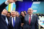 Нұрсұлтан Назарбаев пен Қасым-Жомарт Тоқаев Nur Otan партиясының съезінен кейін фотоға түсіп жатыр