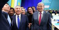 Нұрсұлтан Назарбаев пен Қасым-Жомарт Тоқаев Nur Otan партиясының съезінен кейін суретке түсіп жатыр