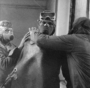 Группа ликвидаторов готовится выйти на крышу реактора Чернобыльской АЭС после катастрофы