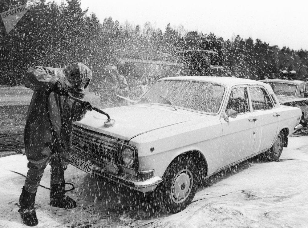 Дезактивация автомобиля, выезжающего из зоны чернобыльской катастрофы