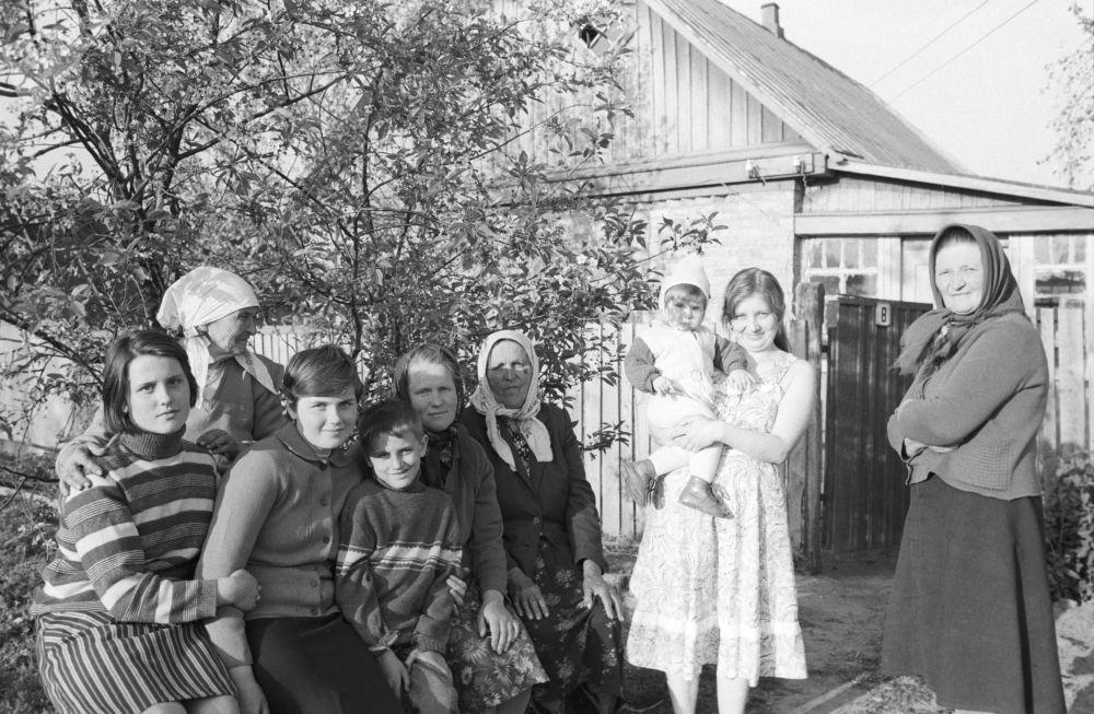 Майдановский совхозының зейнеткері Мария Остринская Чернобыль ауданының Машев ауылынан көшірілгендерді  өз үйіне алды