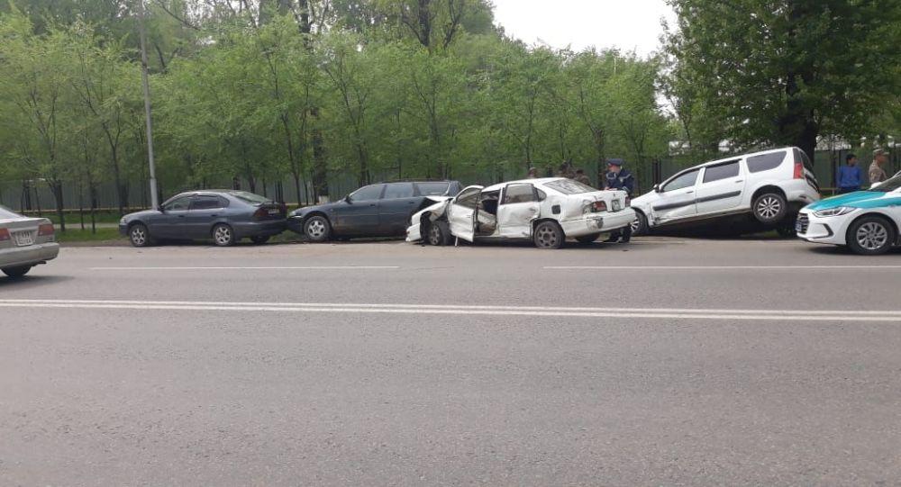 Четыре легковых авто и автобус столкнулись на пр. Суюнбая