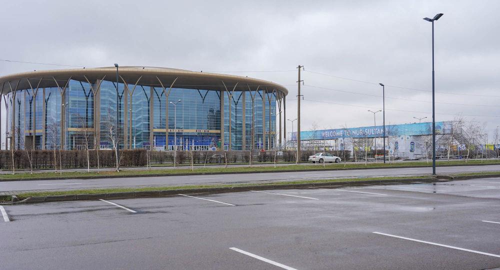 Ледовый дворец Арена и  баннер чемпионата мира по хоккею в Нур-Султане
