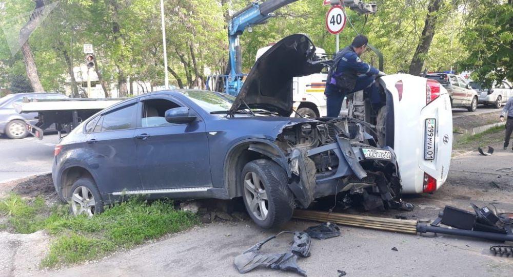 BMW 6 и Hyundai Accent на пересечении улиц Гагарина - Карасай батыра