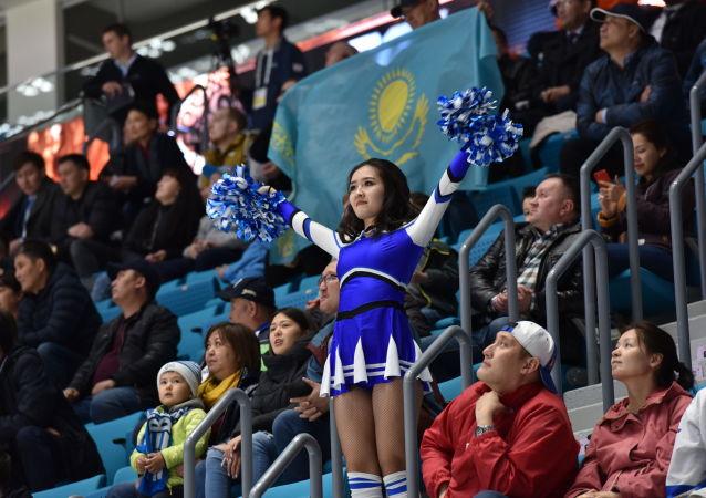 Болельщики на трибуне Барыс- арены, где проходят игры чемпионата мира по хоккею (первый дивизион)