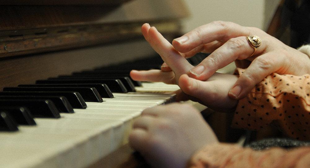Архивное фото игры на пианино