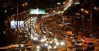 Автомобили в ночном городе, архивное фото