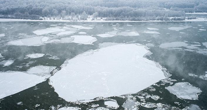 Архивное фото замерзшей реки