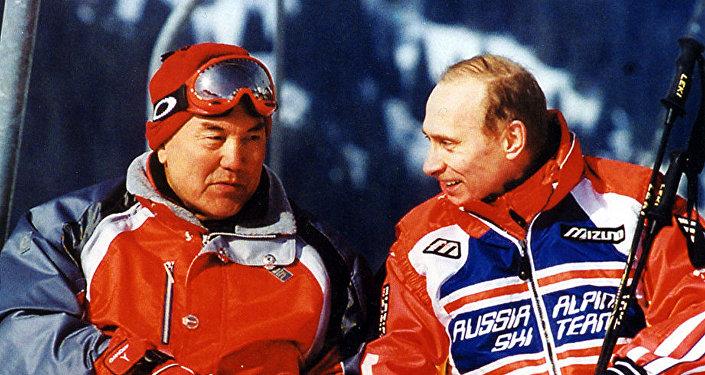 Архивное фото президента РК Нурсултана Назарбаева и главы РФ Владимира Путина на казахстанском горнолыжном курорте
