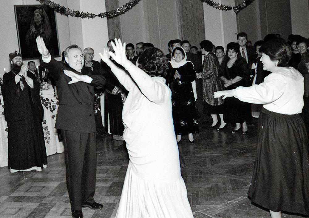 Нурсултан Назарбаев с супругой Сарой Алпысовной, танец