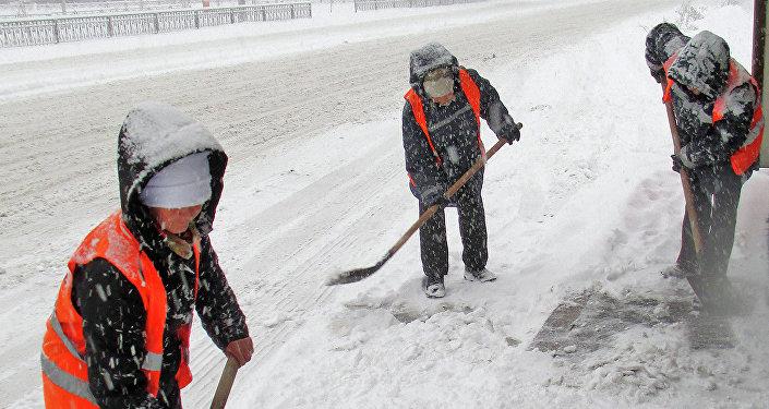 Архивное фото уборки снега во время снегопада