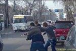 Скриншот с видео драки между водителями в Алматы