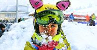 Ребенок играет зимой